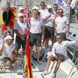 El Rey Felipe con la tripulación del Aifos en la Copa del Rey de Vela 2017