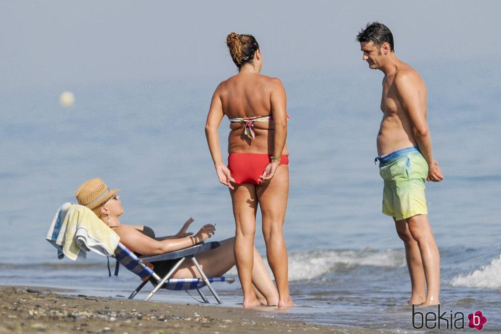 Jesulín de Ubrique mira a María José Campanario tumbada en una silla en la playa
