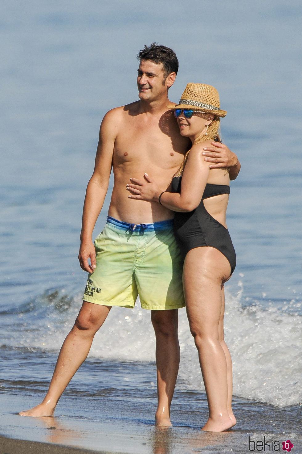 Jesulín de Ubrique y María José Campanario posando en bañador en la playa
