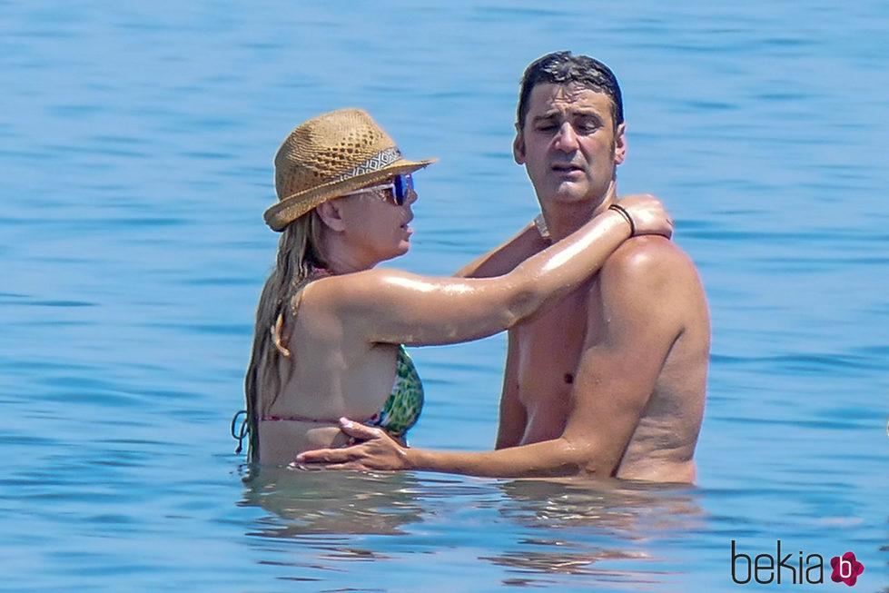 Jesulín de Ubrique y María José Campanario, muy enamorados en el mar