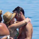 Jesulín de Ubrique y María José Campanario besándose en el mar