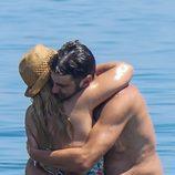 Jesulín de Ubrique y María José Campanario abrazados en el mar