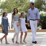 Los Reyes Felipe y Letizia junto a la Princesa Leonor y la Infanta Sofía en el Palacio de Marivent