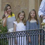 La Reina Letizia con la Princesa Leonor y la Infanta Sofía saludando en el posado veraniego