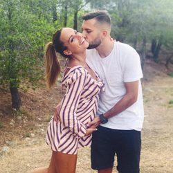 Jordi Alba y Romarey Ventura anunciando que están esperando su primer hijo