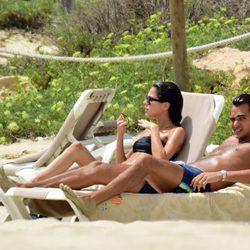 Tini Stoessel y Pepe Barroso Junior tomando el sol en Formentera