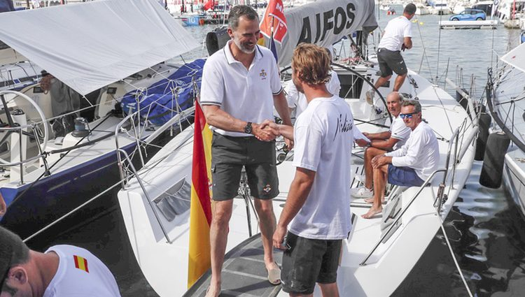 El Rey Felipe VI saluda a Pierre Casiraghi en las regatas de Mallorca