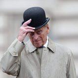 El Duque de Edimburgo sosteniendo su sombrero en su último acto oficial