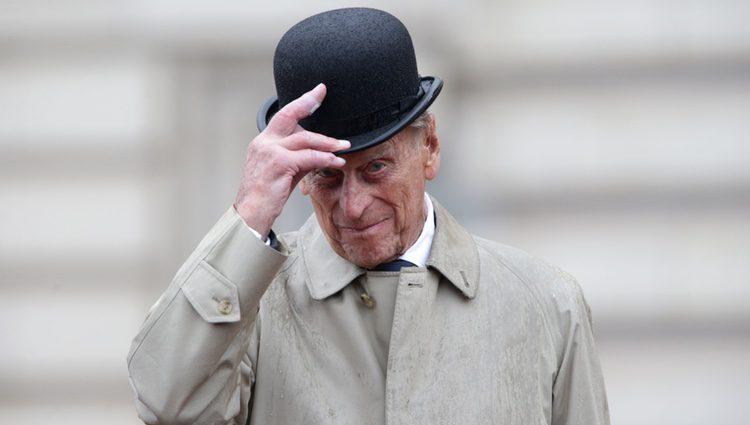 El Duque de Edimburgo sosteniendo su sombrero en su último acto público
