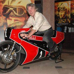 Ángel Nieto subido en una moto