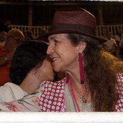 Victoria de Marichalar hace una confidencia a la Infanta Elena en la corrida nocturna de Palma
