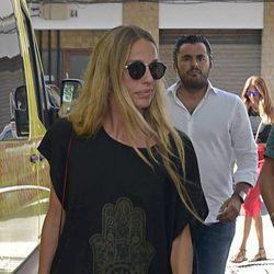La actriz Carola Baleztena despidiéndose de Ángel Nieto