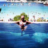 Belén Esteban en una piscina en Menorca