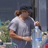 Carles Puyol llenando el maletero tras hacer la compra en Ibiza