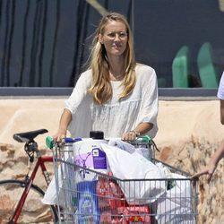 Vanesa Lorenzo con el carro de la compra en Ibiza