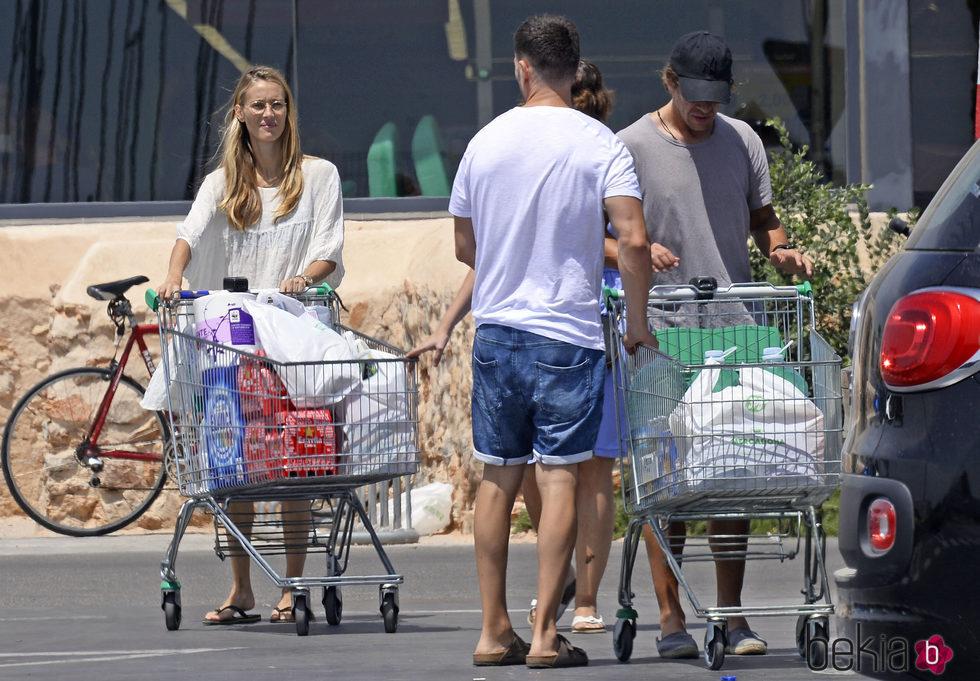 Carles Puyol y Vanesa Lorenzo haciendo la compra en Ibiza