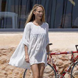 Vanesa Lorenzo comienza sus vacaciones en Ibiza con Carles Puyol