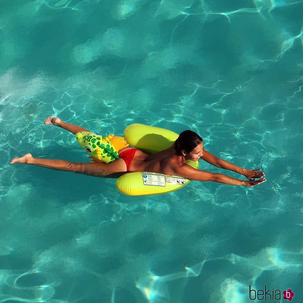 Cristina Pedroche disfrutando de la piscina mientras hace topless
