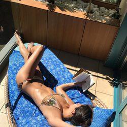 Cristina Pedroche tomando el sol muy sexy