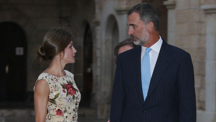 Los Reyes Felipe y Letizia charlando en la recepción a la sociedad balear del verano de 2017