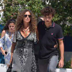 Belinda Alonso, mujer de Ángel Nieto y su hijo Hugo Nieto acuden a la incineración del piloto