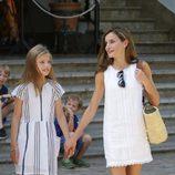 La Reina Letizia y la Infanta Sofía pasean de la mano por Sóller