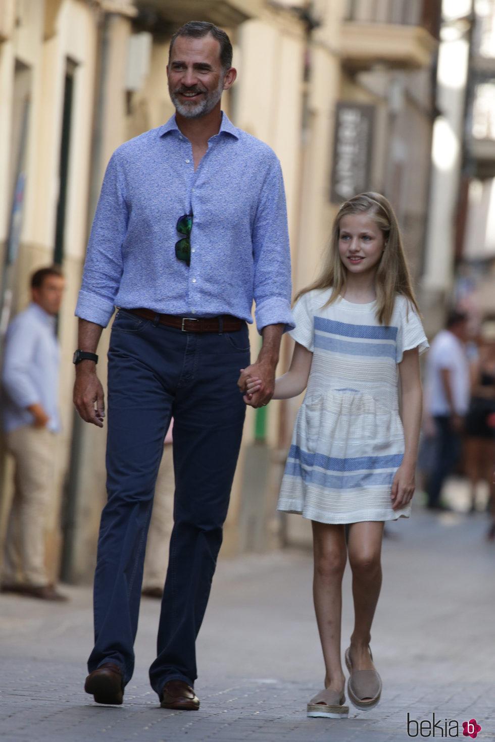 El Rey Felipe y la Princesa Leonor pasean por Sóller
