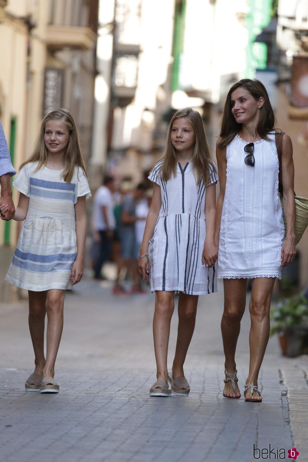 La Reina Letizia, la Princesa Leonor y la Infanta Sofía pasean por Sóller