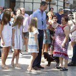 Los Reyes Felipe y Letizia y sus hijas Leonor y Sofía saludan a unos ciudadanos en Sóller