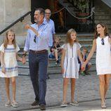 Los Reyes Felipe y Letizia, la Princesa Leonor y la Infanta Sofía a la salida de una exposición en Sóller