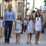 Los Reyes Felipe y Letizia, la Princesa Leonor y la Infanta Sofía pasean por Sóller