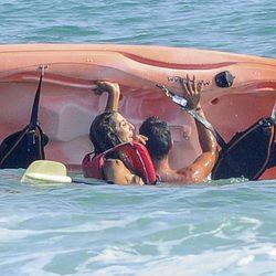 Paz Padilla divirtiéndose en kayak con Kiko Calleja en Zahara de los Atunes