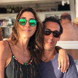 Paz Padilla y su marido en Zahara de los Atunes de vacaciones