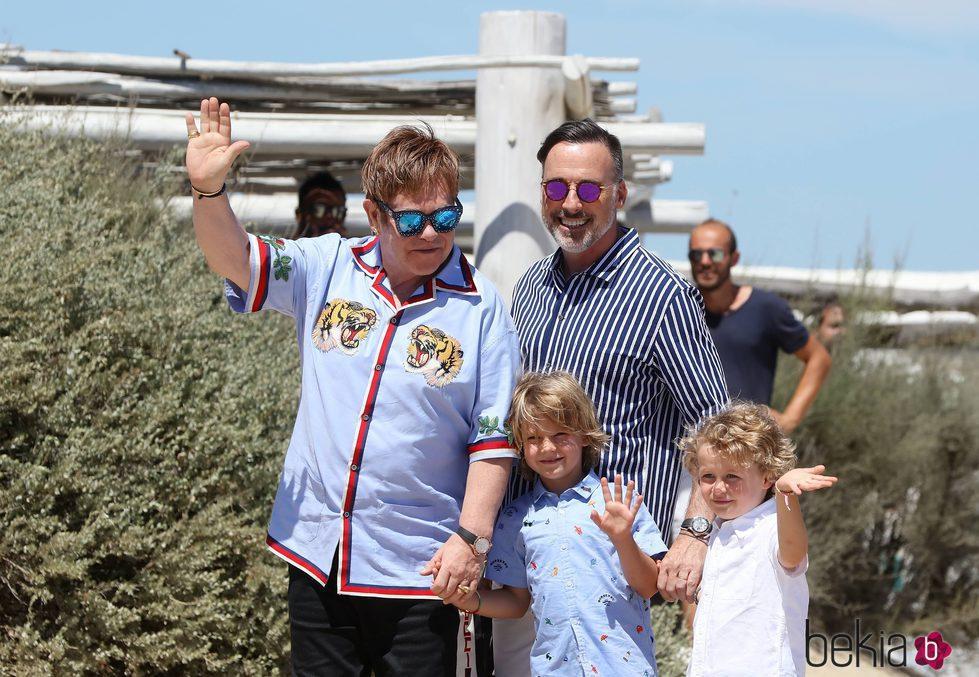 Elton John y su familia disfrutando de vacaciones en Saint Tropez