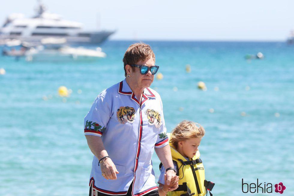 Elton John con uno de sus hijos en Saint Tropez