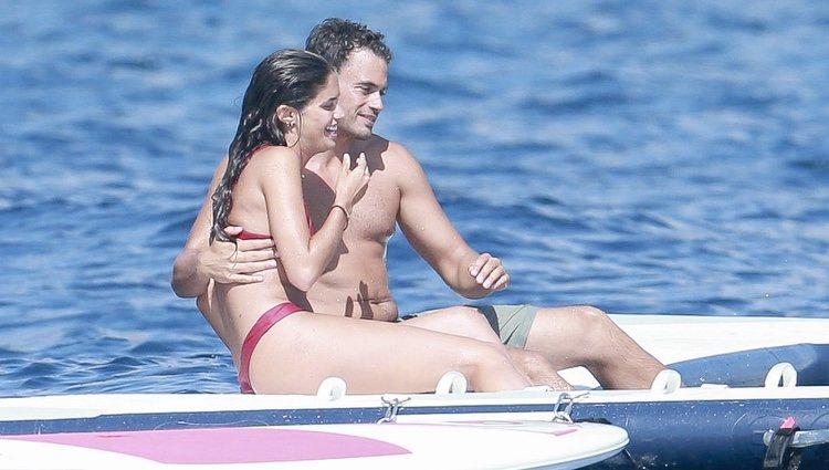 Sara Sampaio y Oliver Ripley divirtiéndose en Ibiza
