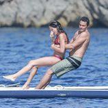 Sara Sampaio y Oliver Ripley jugando en el mar