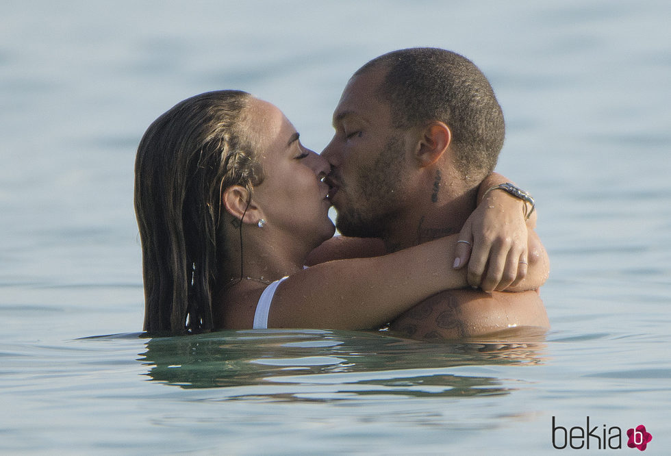 Chloe Green y Jeremy Meeks besándose en la playa