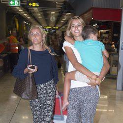 Alba Carrillo, su hijo Lucas y Lucía Pariente regresando de Gran Canaria