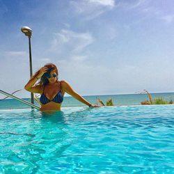 Anabel Pantoja dándose un refrescante baño en la piscina
