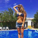 Anabel Pantoja posando en el borde de la piscina