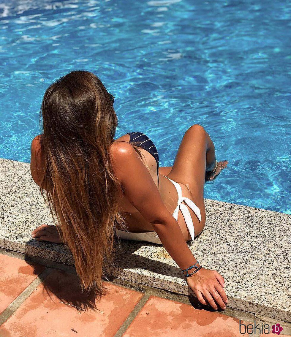 Anabel Pantoja refrescándose del verano en el borde de la piscina