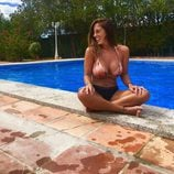 Anabel Pantoja disfruta del verano en la piscina
