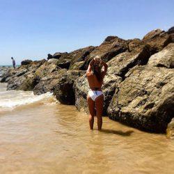 Anabel Pantoja posando en la playa