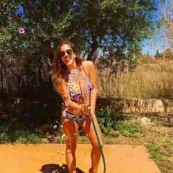Anabel Pantoja jugando con una manguera