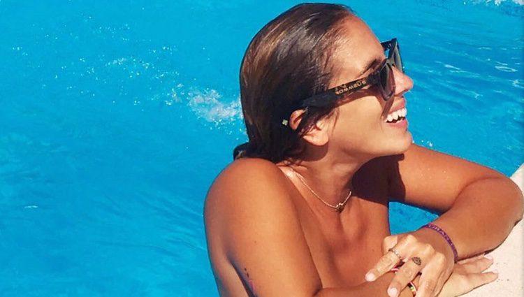 Anabel Pantoja disfrutando de la piscina en verano