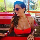 Anabel Pantoja descansando de una divertida jornada playera