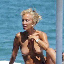 Carmen Lomana en topless disfrutando de la playa
