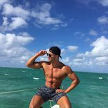 Fabio Agostini posando muy sexy en la playa