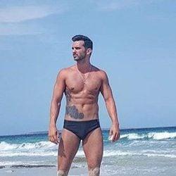 Suso Álvarez paseando por la playa